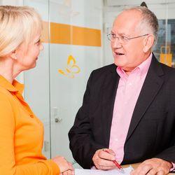 Zahnärztin und Klaus Schmitt im Abstimmungsgespräch