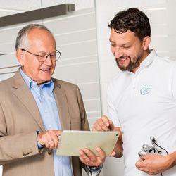 Klaus Schmitt berät Dr. Wulf Kramer zur Umsetzung der Praxisstrategie