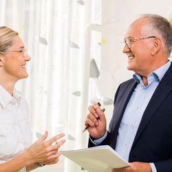 Klaus Schmitt und Zahnärztin - er begleitet die Umsetzung zur reinen endodontischen Zahnarztpraxis