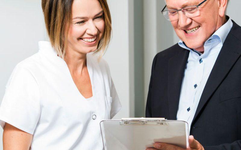 Zahnärztin und Klaus Schmitt bei der Beratung in der Zahnarztpraxis